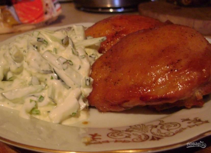 8. Подавать куриные бедрышки в духовке можно с любым гарниром и даже с овощным салатом.