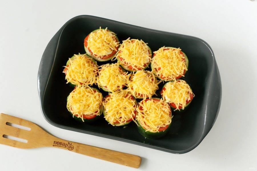 Смажьте помидоры майонезом и посыпьте тертым сыром. Запекайте блюдо в духовке при температуре 180 градусов около 40-50 минут.
