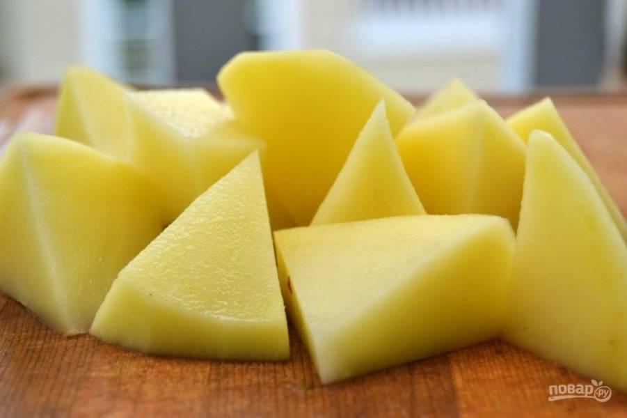 3.Очистите картошку и нарежьте кусочками среднего или большого размера.