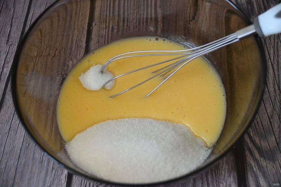 Добавьте сахарный песок и ванильный сахар, смешайте.