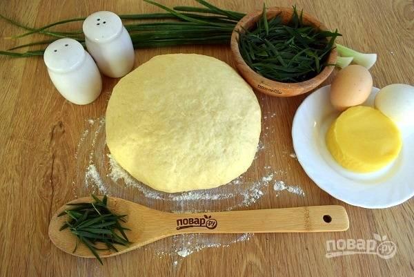"""Муку просейте в миску.  В мацони (простоквашу) добавьте соду, сахар и соль, перемешайте, затем  добавьте слегка взбитое яйцо. По частям добавляйте муку, замесите мягкое тесто. Вымешивайте тесто в течение 10 минут. Вначале оно будет сильно липнуть к рукам, но не забивайте его мукой. Прикройте пищевой пленкой, оставьте на 15 минут в холодильнике """"отдохнуть""""."""