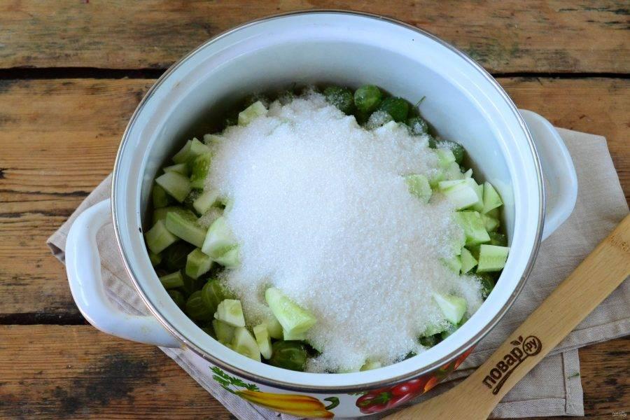 Смешайте крыжовник вместе с огурцом, засыпьте сахаром и оставьте на 1-2 часа. Затем добавьте воду и оставьте еще на 1 час. После этого поставьте кастрюлю на огонь, доведите до кипения и томите 30 минут. Затем добавьте лимонную кислоту и проварите еще 10-20 минут. Индикатор готовности варенья – мягкие огурцы.