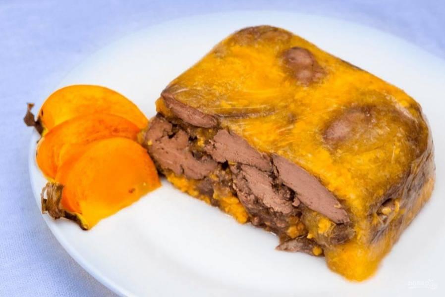 5. После застывания выньте террин из формы и аккуратно разрежьте на порции. Приятного аппетита!
