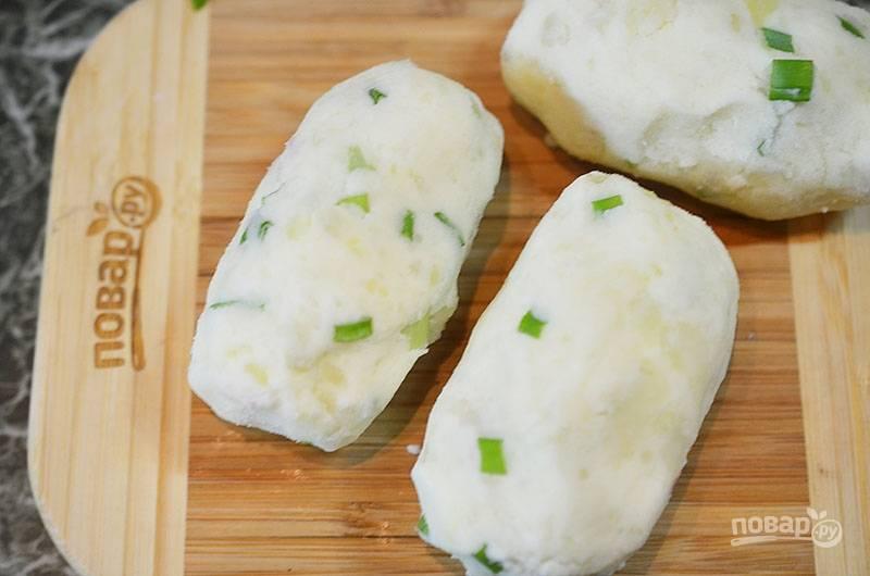 Заверните картофельную массу вокруг сыра, сформируйте палочку.