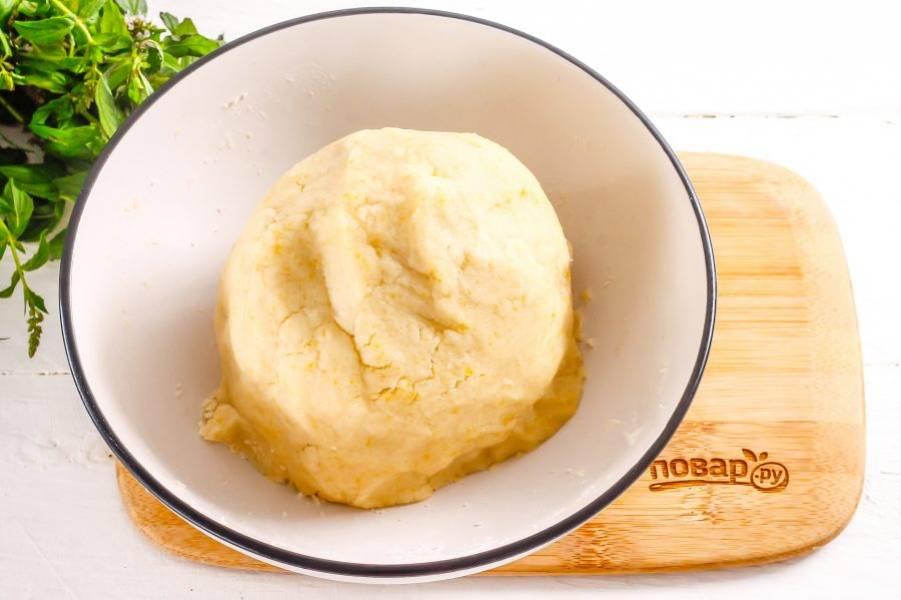 Колобок песочного теста поместите в холодильник на 15 минут, накрыв пищевой пленкой.