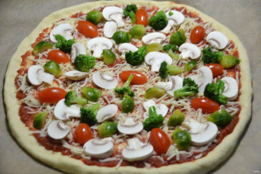 Разберите на соцветия капусту брокколи и тоже выложите сверху на пиццу.
