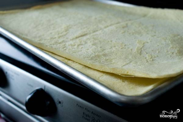 10. Учитывая, что коржи довольно тонкие, выпекаются они около 4-7 минут. После аккуратно снимите пергамент и оставьте бисквит примерно на час.