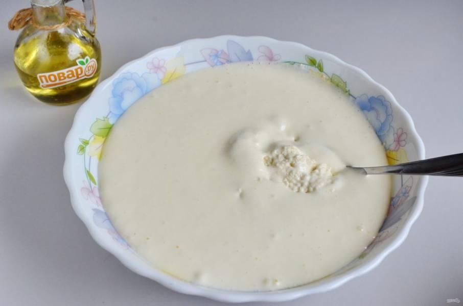 4. Включите духовку на 180 градусов.  В другой таре взбейте яйца с сахаром до пышной плотной пены, добавьте эту массу к манке, перемешайте хорошо.