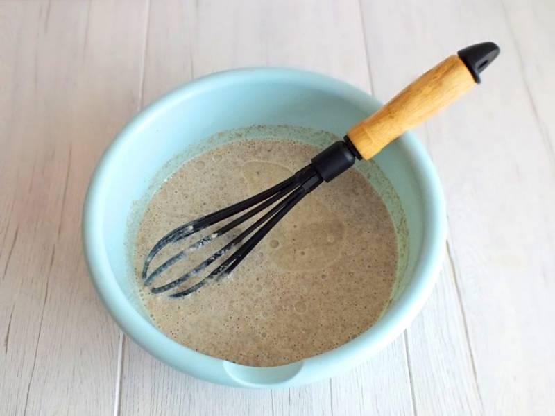По истечении времени добавьте растительное масло. Хорошо перемешайте, чтобы масло не отслаивалось. Тесто готово к выпечке блинчиков.