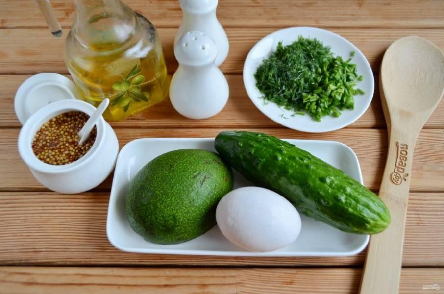 Подготовьте продукты для салата. Вымойте овощи, отварите яйцо. Мелко порежьте зелень укропа и лука, можно добавить шпинат или листья салата. В весеннем салате много зелени быть не может.