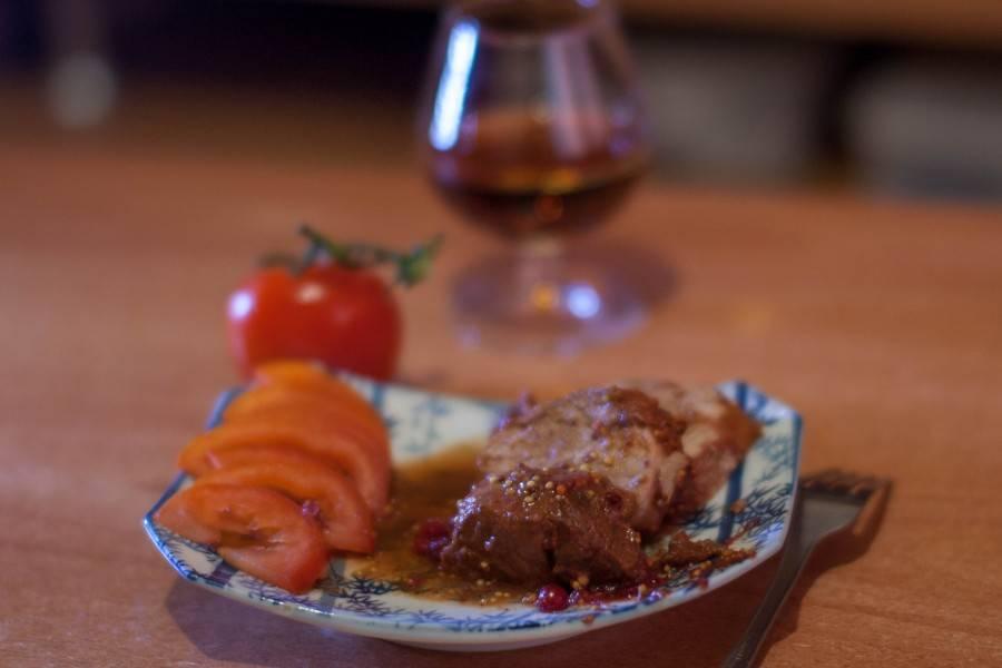 Готовая свинина с брусничным соусом имеет просто божественный аромат и очень нежный вкус. Подавать можно со свежими овощами, картофелем или с другим гарниром. Приятного аппетита!