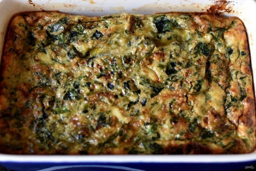Залейте шпинат омлетной массой, запекайте в духовке до румяной корочки.
