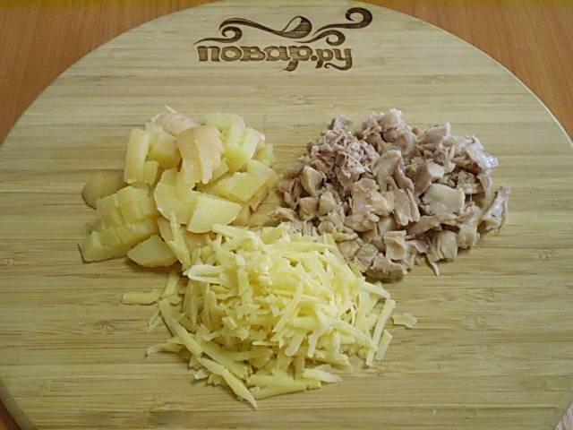 Порежьте картофель и курицу кусочками или квадратиками. Сыр можно тоже порезать или натереть на терке.