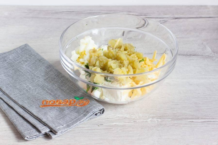 В миске соедините подготовленные ингредиенты, творог и мякоть баклажана. Всё хорошо перемешайте и посолите по вкусу.