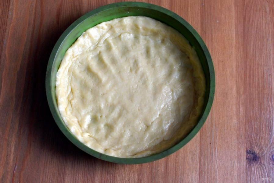 Выложите тесто в присыпанную мукой форму. Удобно это делать силиконовой лопаткой. Сформируйте невысокие бортики. Можно наколоть тесто вилкой, чтобы не вздувалось. Выпекайте в прогретой до 180 градусов духовке минут 15-20 до золотистого цвета. Остудите на решетке.