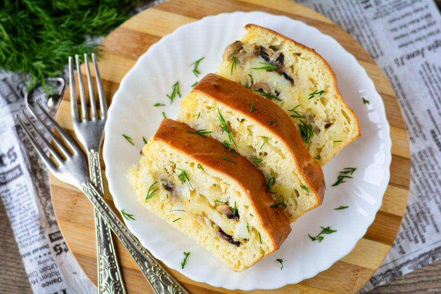 Разрежьте пирог на порционные кусочки и подавайте к столу. Приятного аппетита!