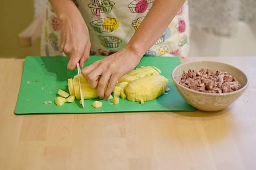 5. Тем временем очистить и нарезать небольшими кубиками картофель.