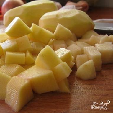 Картофель помыть, почистить, нарезать кубиками.