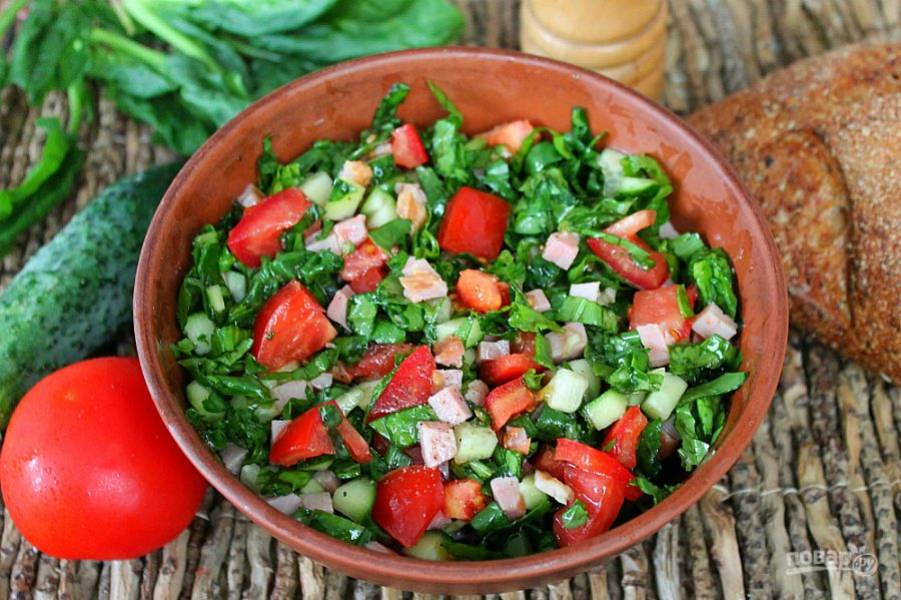 Салат из ветчины, помидоров и огурцов готов, приятного аппетита!