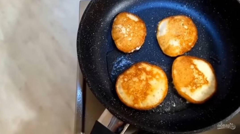 3. В конце добавьте соду, и когда тесто начнет пузырится, начните выпекать оладьи на в меру разогретой сковородке, чтобы они  сразу не подгорели. Выпекайте до золотистого цвета с обеих сторон. Приятного аппетита!