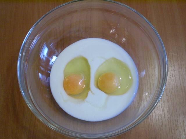 2. Готовим тесто для пирога. Смешиваем яйца с кефиром и солью.