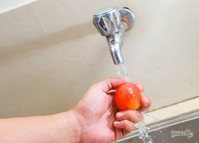 1.Хорошенько вымойте томаты (можете взять разные сорта).
