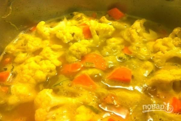 Влейте горячий бульон, добавьте соль и перец. Доведите суп до кипения, затем уменьшите огонь, накройте крышкой и варите суп в течение 12-15 минут, пока овощи не станут мягкими.
