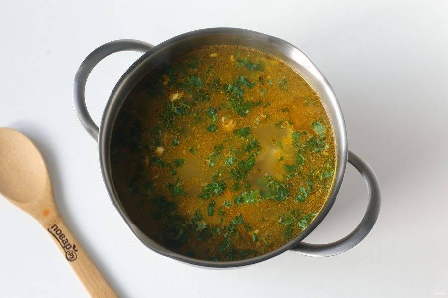 Доведите суп до кипения, снимите с огня и дайте настояться 10-15 минут. Суп из кролика с картошкой и вермишелью готов.