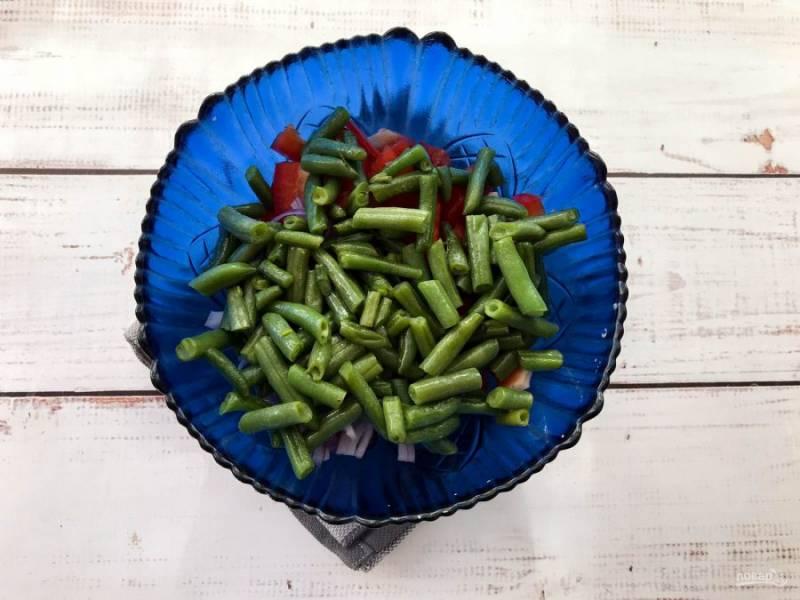 Фасоль обжарьте на хорошо разогретой сковороде и выложите ее к остальным ингредиентам.