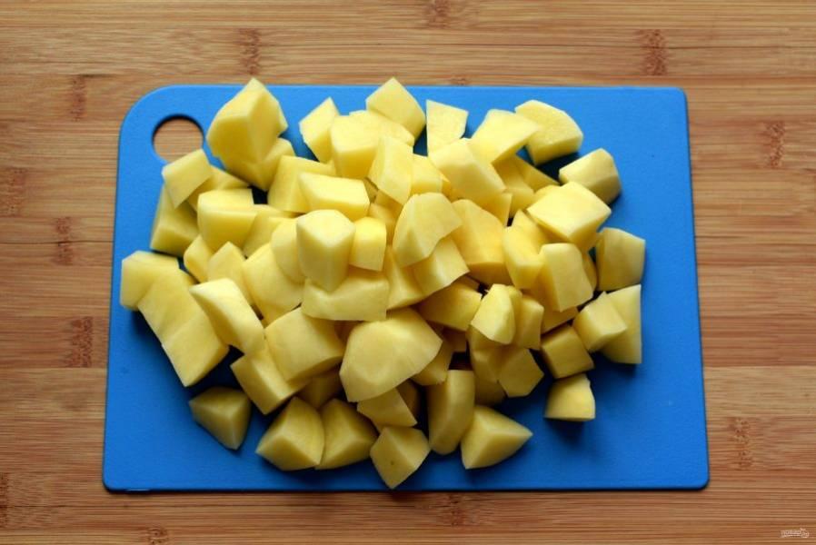 Картофель  нарежьте крупными кубиками и выложите в суп. Варите минут 15-20.