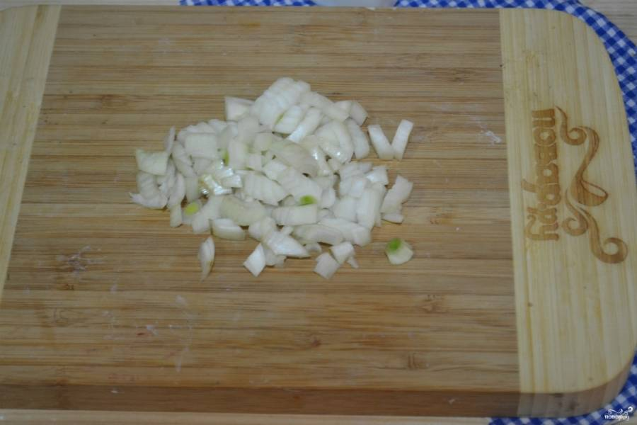 Лук порежьте кубиком и обжарьте в небольшом количестве растительного масла до золотистого цвета.