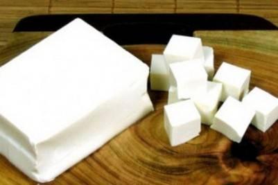 Сыр нарезаем на небольшие кубики.