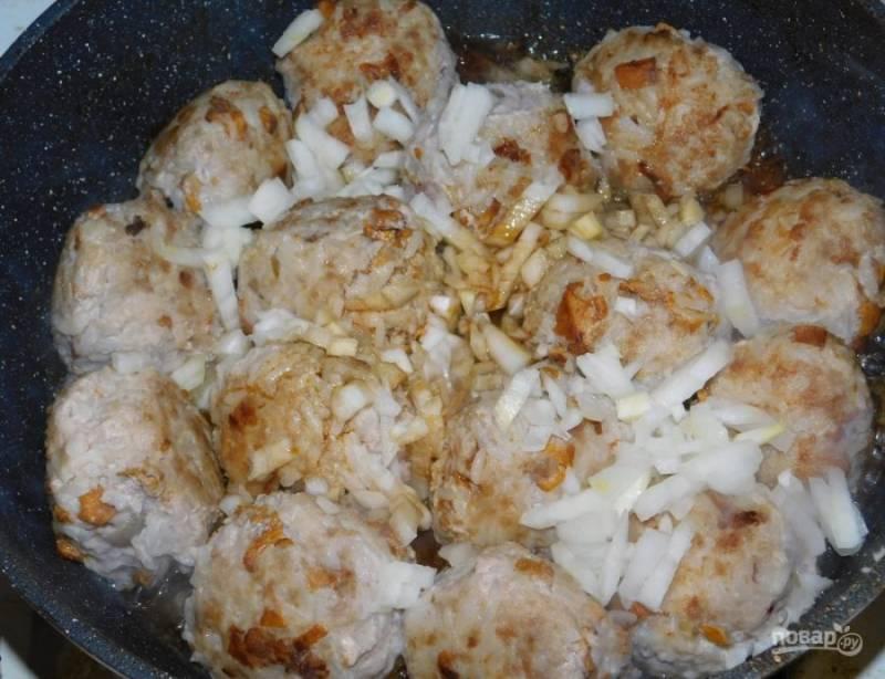 Добавьте мелко нарезанный лук. Подлейте немного соевого соуса.