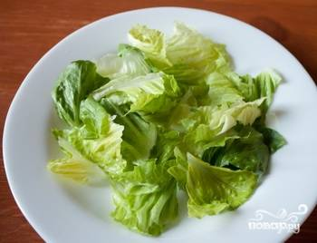 Листья салата вымыть, обсушить и нарвать руками.
