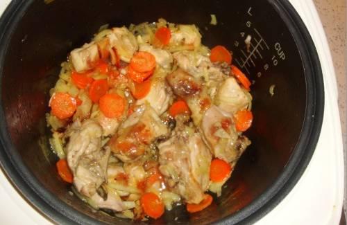 2. Теперь добавим измельченный лук и морковь, порезанную кружочками. Обжарим еще немного, пока морковь не станет мягкой.