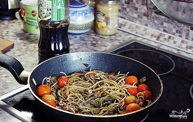 Заливаем все это дело соевым соусом, перемешиваем и тушим на среднем огне 2-3 минуты.