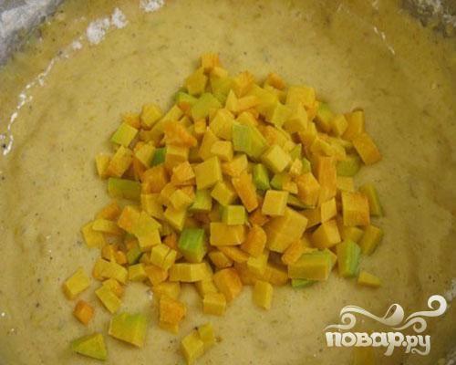 4.Добавим муки, мускатный орех, душистый перец, гвоздику, корицу, цедру апельсина или лимона, разрыхлитель и соль. Все взбиваем. Теперь добавим тыкву, нарезанную маленькими кубиками. Ложкой перемешаем.