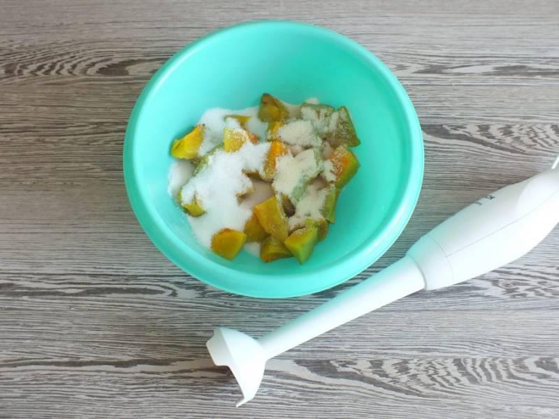 Готовую тыкву переложите в чашу, добавьте 3 ст.л. сахара, 1,5 ст.л. манки, ванилин по вкусу. Пробейте погружным блендером до однородного состояния.