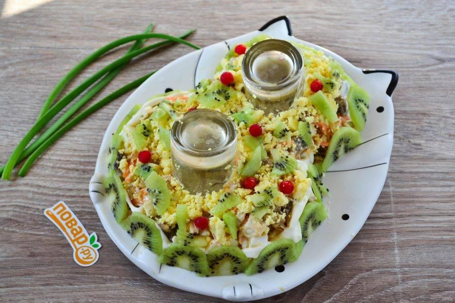 Осталось только украсить салат. Я предлагаю украсить салат с помощью киви, желтка и ягод калины.