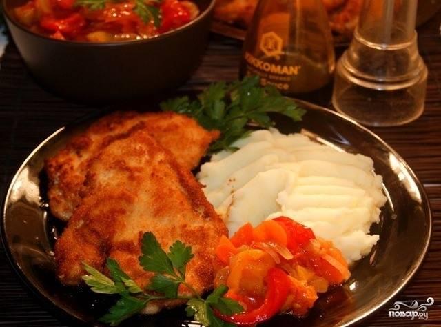 Обжарьте отбивные на хорошо разогретой сковороде до золотистого цвета с двух сторон. Приятного аппетита!