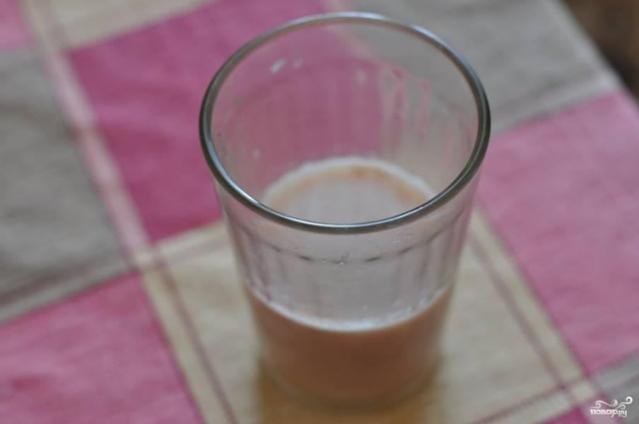 Разведите дрожжи свежие в половине стакане молока теплого (или воды). Добавьте чайную ложку сахара, размешайте и поставьте в теплое место подходить. Если в стакане образуется пенная шапочка и пузыри, значит дрожжи подошли и их можно использовать в приготовлении.