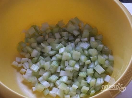 В первую очередь заливаем кипятком вермишель. Специи, которые в пакетике, не используем! Нарезаем тонкими ломтиками стебли сельдерея.