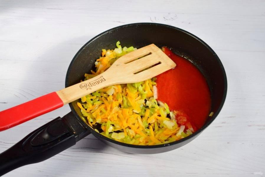 В зажарку из овощей добавьте  томатное пюре, тушите в течение 5 минут.