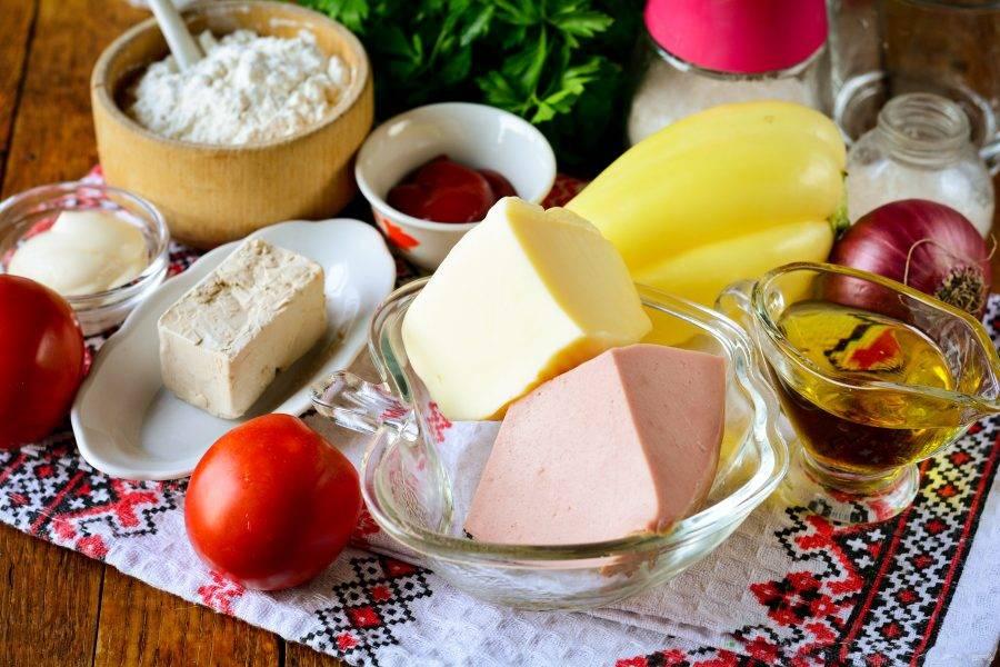 Подготовьте ингредиенты для приготовления мини-пиццы с колбасой.