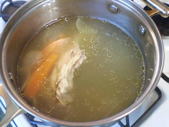 Через час бульон станет желтоватым, ароматным и насыщенным по вкусу.