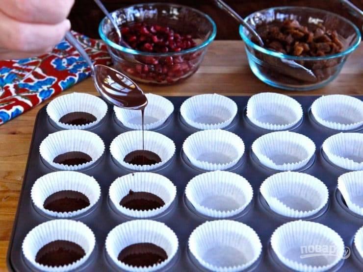 Подготовьте формочки для конфет. В каждую из них влейте шоколад от 1/3 объёма.