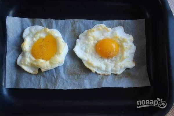 В ямки поместите желтки и запекайте еще 3 минуты.