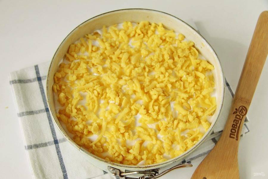 Затем выложите взбитые белки и сверху натрите оставшееся тесто. Выпекайте при температуре 190 градусов в течение 45 минут. Готовый нежный яблочный пирог сразу не достаем. Оставьте его в выключенной духовке с приоткрытой дверцей еще на 30 минут.