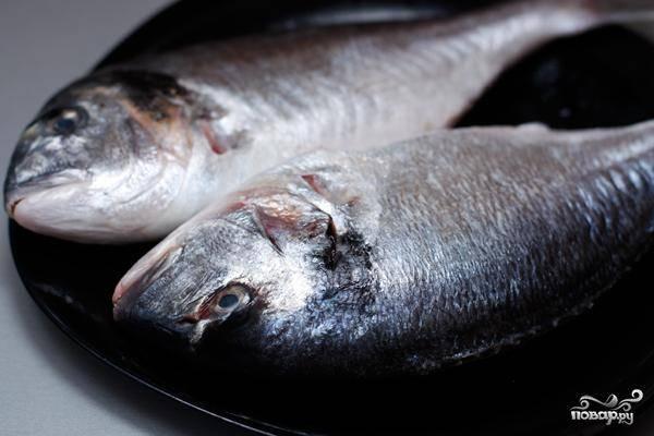 Теперь занимаемся рыбой - ее нужно выпотрошить, вырезать плавники, отрезать голову.