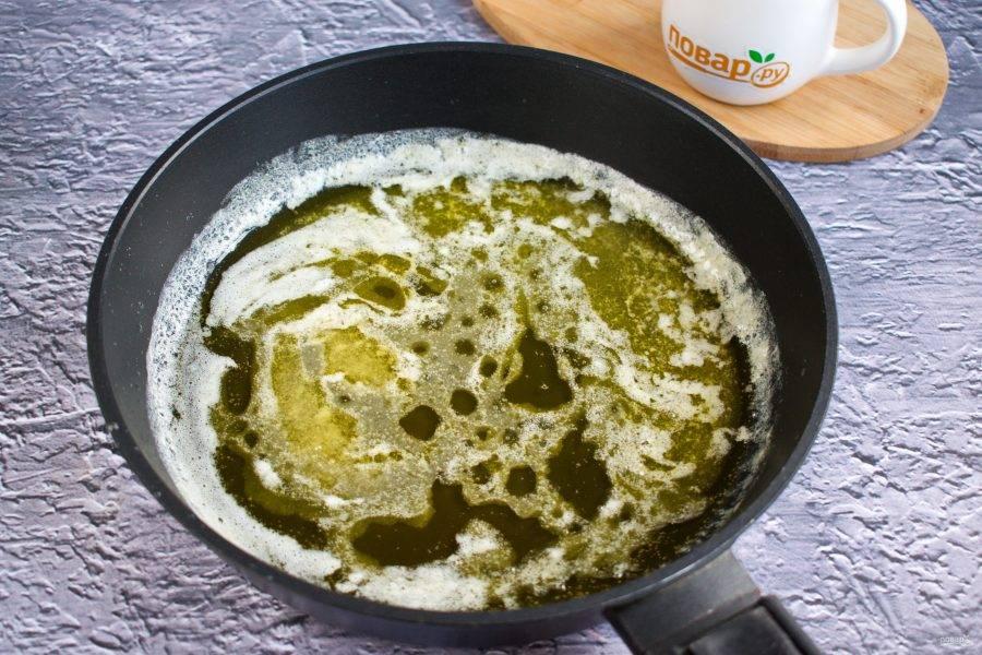 На сковороде на медленном огне растопите масло и сахар, готовьте в течение 2 минут.